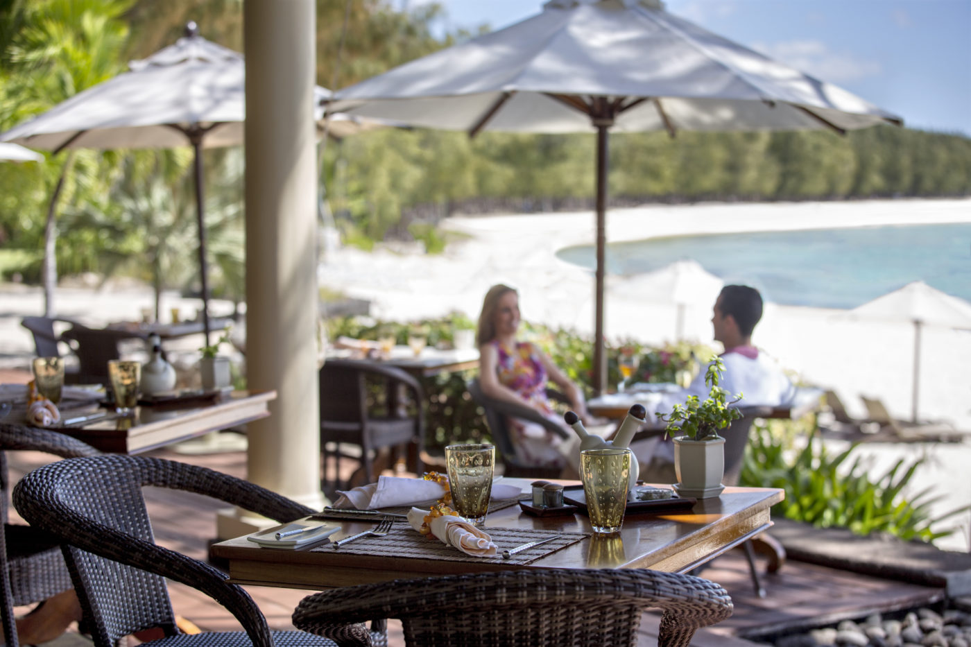 (English) The Residence Mauritius offers all the uniqueness of an extraordinary dinner in a  local family's home.